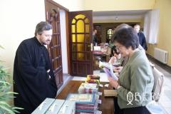 гости-семинара-знакомятся-с-литературой